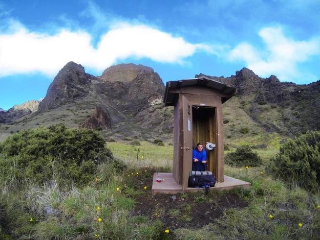 un hombre sentado en un baño Sobre la cima del volcán Haleakala en Hawai