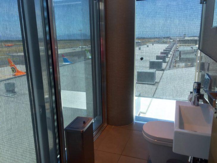 baño en los despegues de los desembarques en Sudáfrica