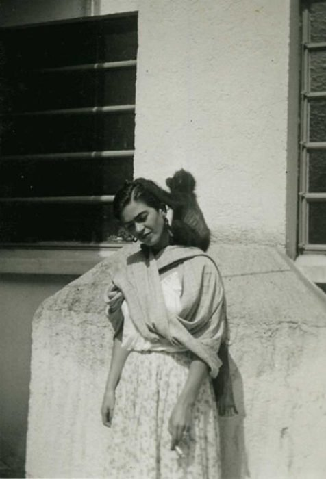 FRIDA KALHO CON SU INSEPARABLE MONO