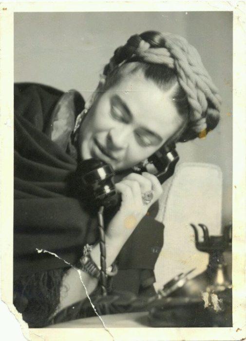 FRIDA HABLANDO POR TELEFONO