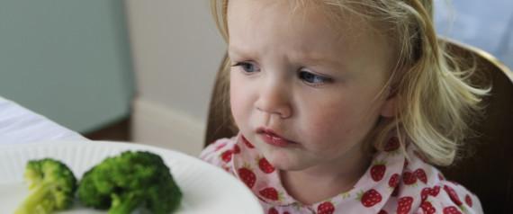 niña come verduras