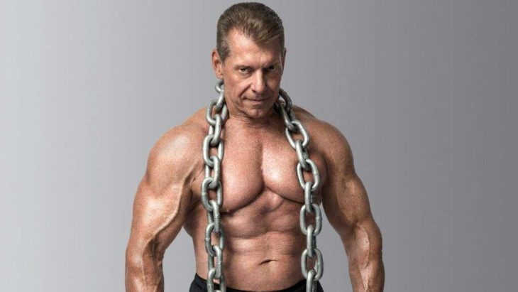 hombre famoso de la televisión con grandes músuclos pero con 54 años de edad