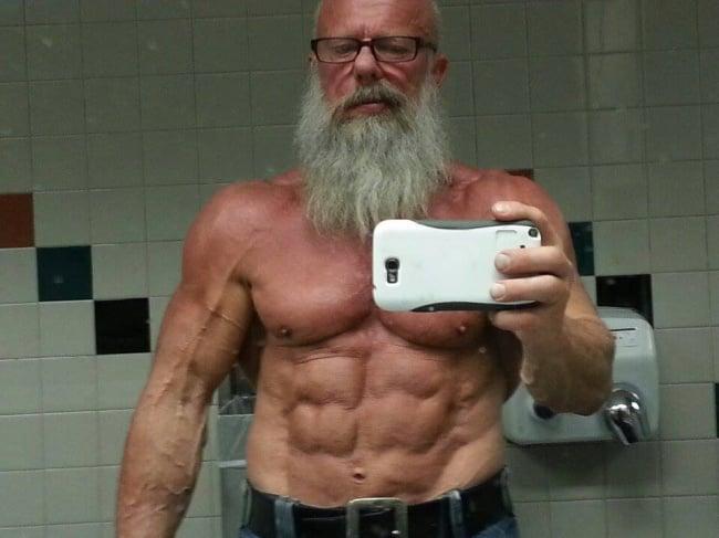 hombre de 67 años super musculoso