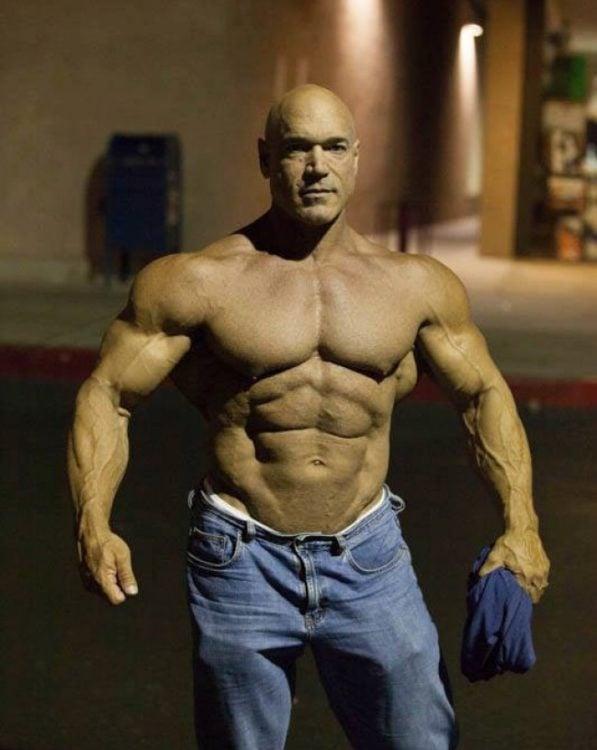 hombre de 51 años con grandes musculos