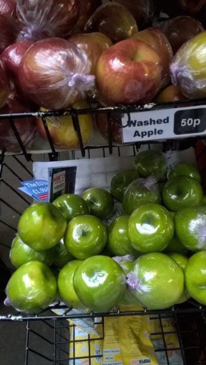 manzanas verdes y rojas empaquetadas