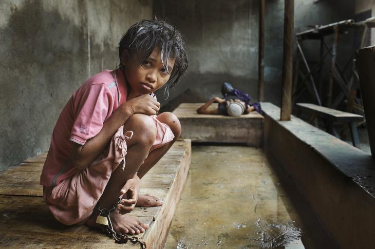 niña en una jaula de un hospital en Indonesia
