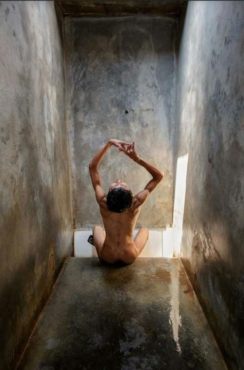 Fotografía de una persona en una jaula de un hospital en Indonesia