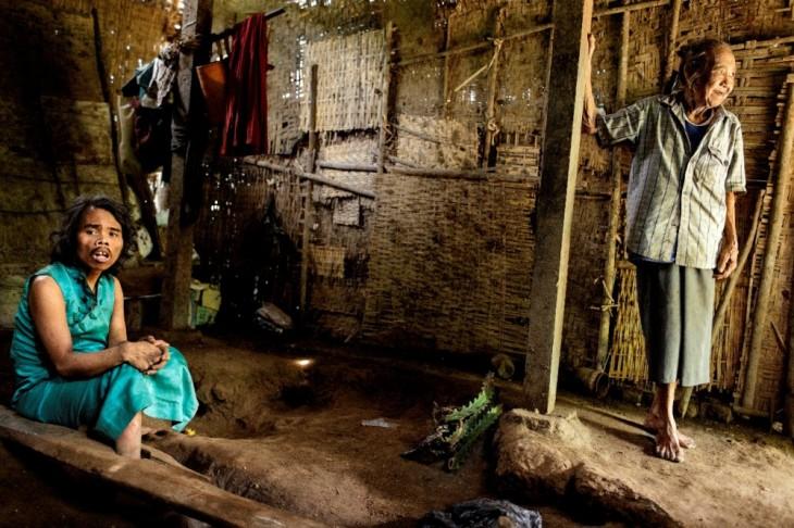 dos personas enfermas mentales en Indonesia