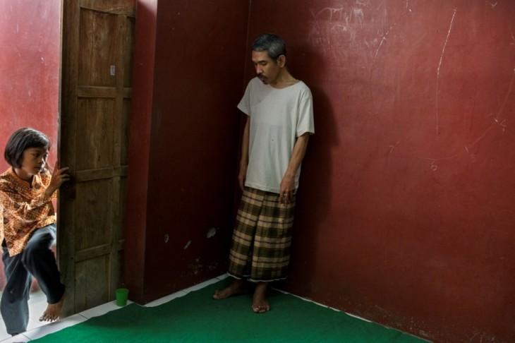 hombre dentro de una habitación en un hospital mental de Indonesia