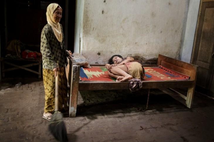 paciente de un hospital mental con una mujer cerca de una cama