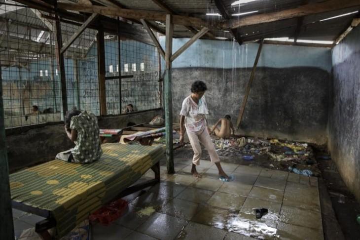 personas limpiando una habitación en un hospital mental en Indonesia