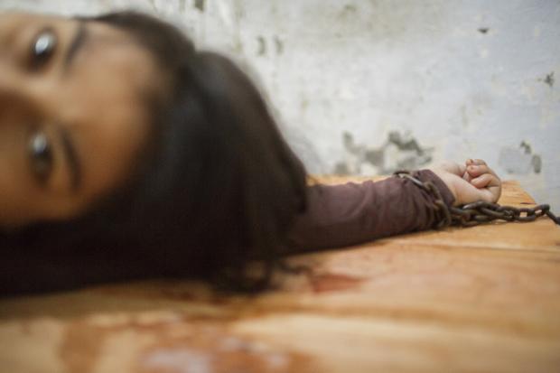 fotografía de una mujer encadenada en un hospital mental en Indonesia