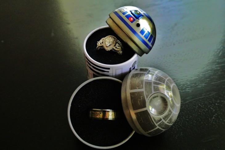 Anillos de compromiso con diseños del robot r2d2 y la estrella de la muerte