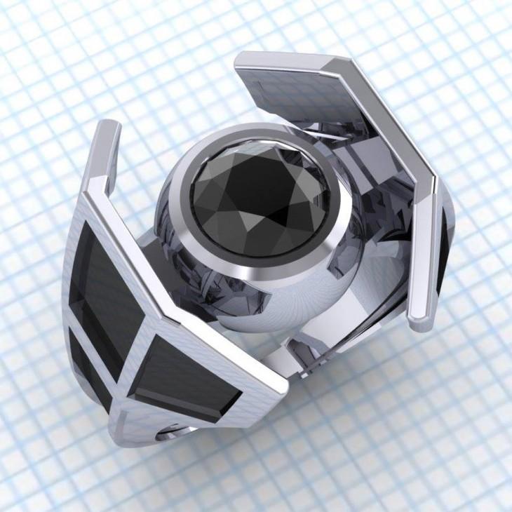 anillo de compromiso con el diseño de una nave de star wars