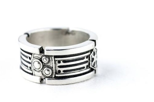 anillo de plata con el diseño de star wars