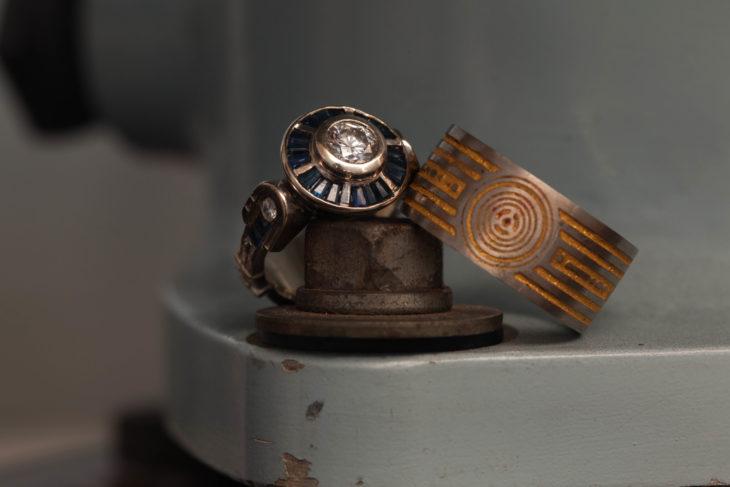 anillo de boda con el diseño de una nave de star wars