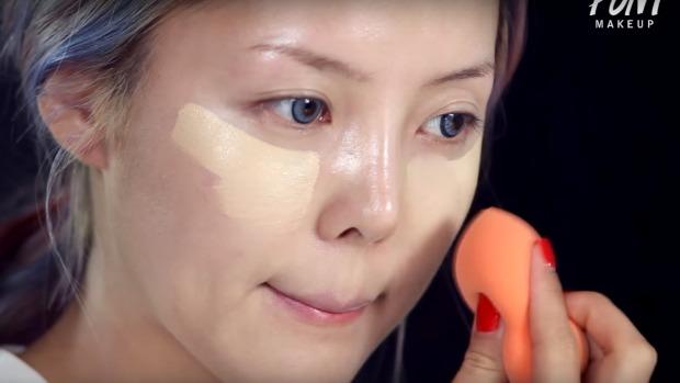 Artista de maquillaje coreana transformándose en la cantante Taylor Swift