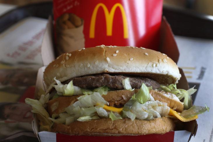 imagen de una hamburguesa de McDonald´s junto a unas papas fritas