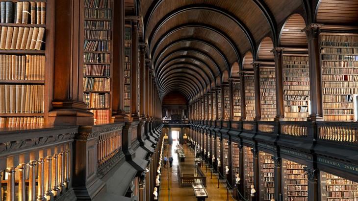 TECHO DE LA BIBLIOTECA THE LONG ROOM CON LOS LIBROS MÁS ANTIGUOS DE TODA IRLANDA