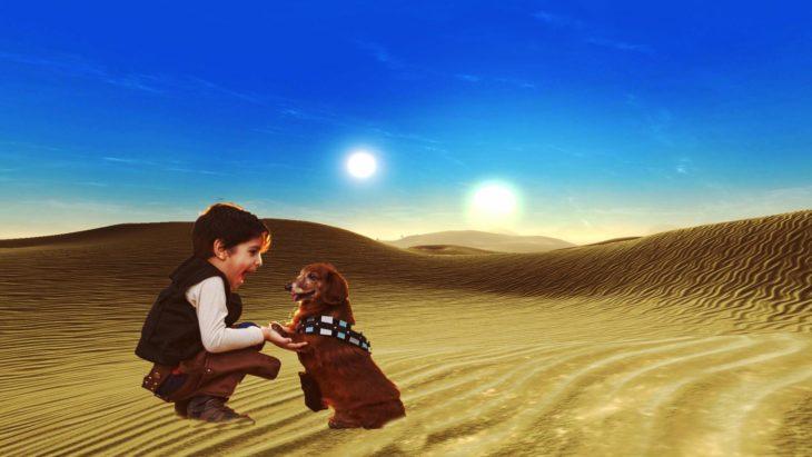 Batalla de Photoshop al niño y su perro vestidos de Han Solo y Chewbacca en el escenario de un desierto