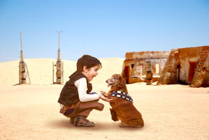 Batalla de Photoshop al niño y su perro vestidos de Han Solo y Chewbacca en una escena de star wars