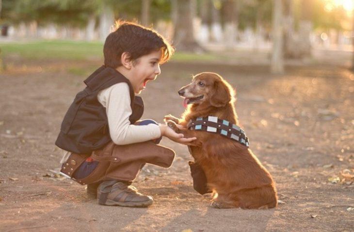 foto de un niño y su perro vestidos de Han Solo y Chewbacca de Star Wars
