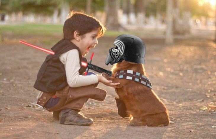 niño vestido de Han Solo de Star Wars frente a un perro con el casco de Darth Vader