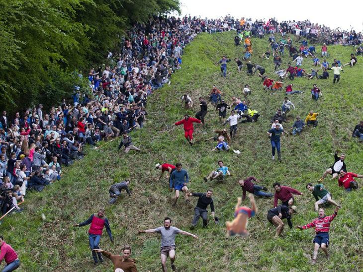 Batalla de Photoshop de la caída de Zac Efron cayendo en un barranco rodeado de mucha gente