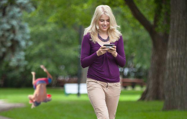 Batalla de Photoshop de la caída de Zac Efron en un escenario donde una chica va mensajeando en un parque