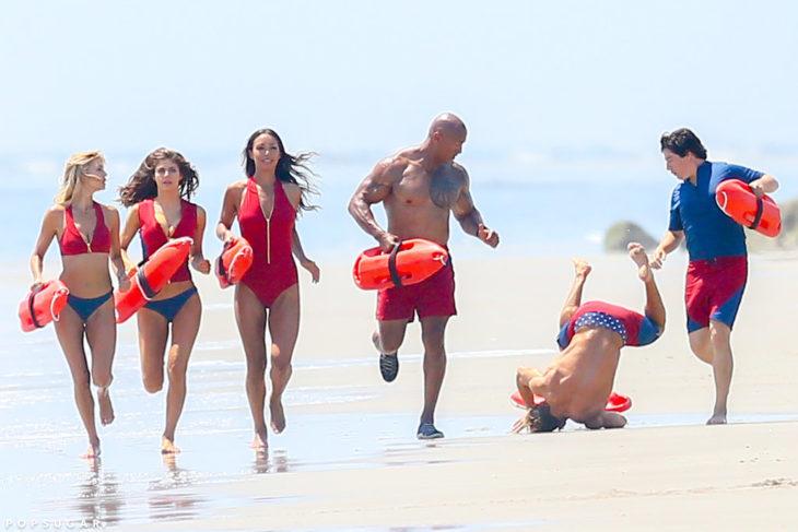 Foto de la caída de Zac Efron en una de las escenas de the Baywatch
