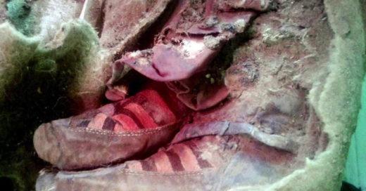 momia de 1,500 años de antigüedad con Adidas