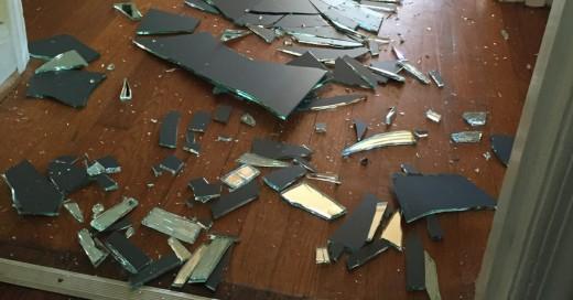 Madre reacciona increíble al ver que su hijo rompió el vidrio dando una gran leccion