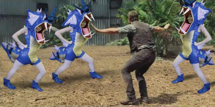 escena de Chris Pratt en la película Jurassic World controlando a la chica vestida del Pokémon Gyarados