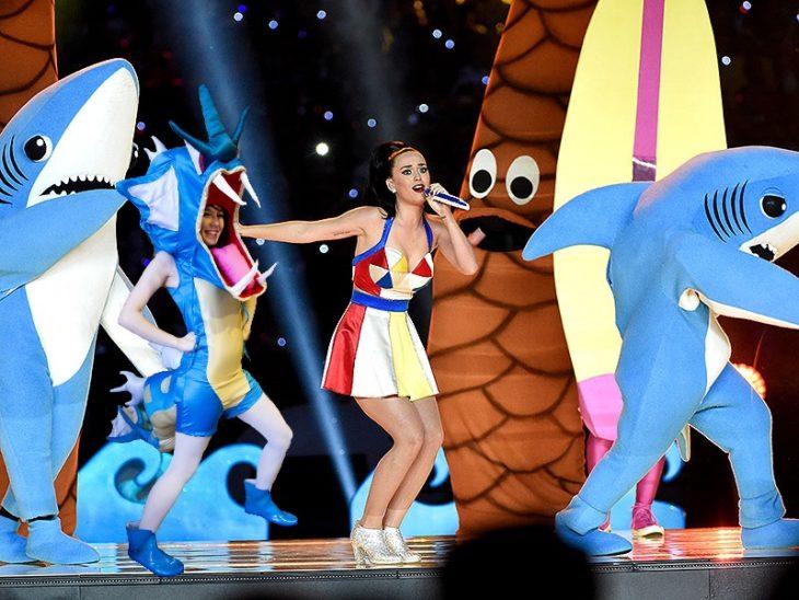 Chica vestida del pokemon Gyarados fue trolleada en Reddit y puesta en el escenario con Katy Perry