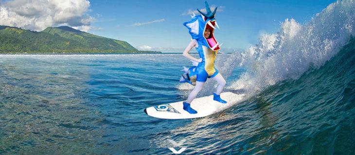 Chica vestida del pokemon Gyarados fue trolleada en Reddit y puesta en un escenario surfeando