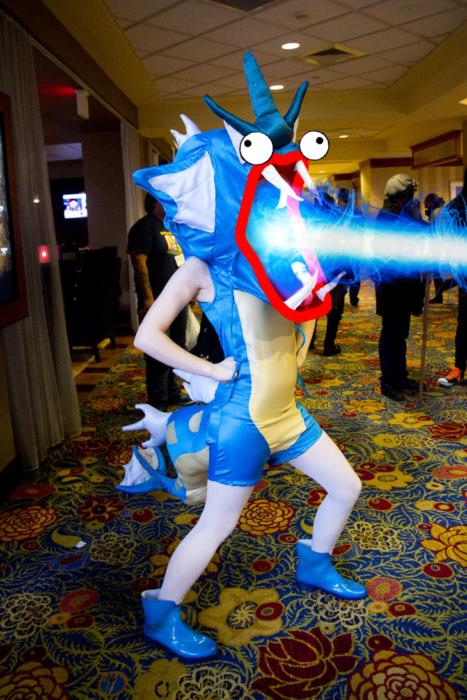 Chica vestida del pokemon Gyarados photoshopeada lanzando poderes