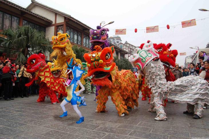 Chica vestida del pokemon Gyarados fue trolleada en Reddit y puesta en un desfile de dragones en China
