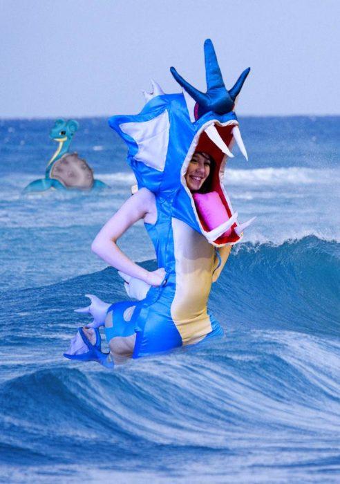 Chica vestida del pokemon Gyarados fue trolleada en Reddit y puesta en el mar con un pokémon