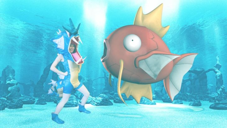 Chica vestida del pokemon Gyarados fue trolleada en Reddit sumergida en el mar frente a un pez pokémon