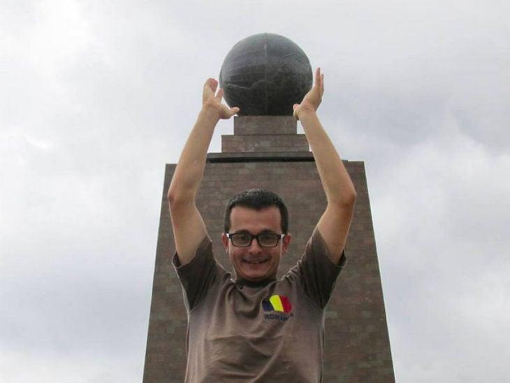 Timotei Rad en Ecuador, el monumento a la línea ecuatorial