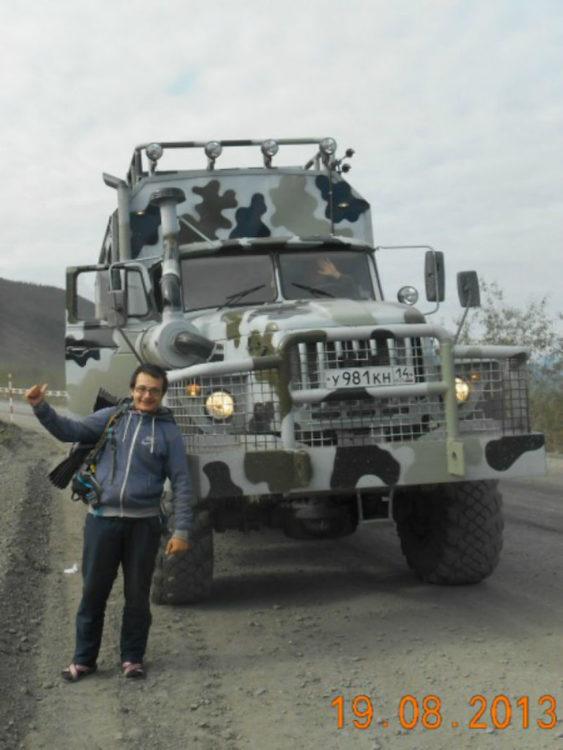 Timotei Rad pidiendo aventón a un camión del ejército ruso