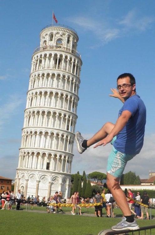 Timotei Rad se tomó la fotografía en la clásica pose con la torre de pisa