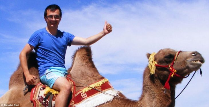 Timotei Rad se montó en un camello después de visitar el desierto en Mongolia