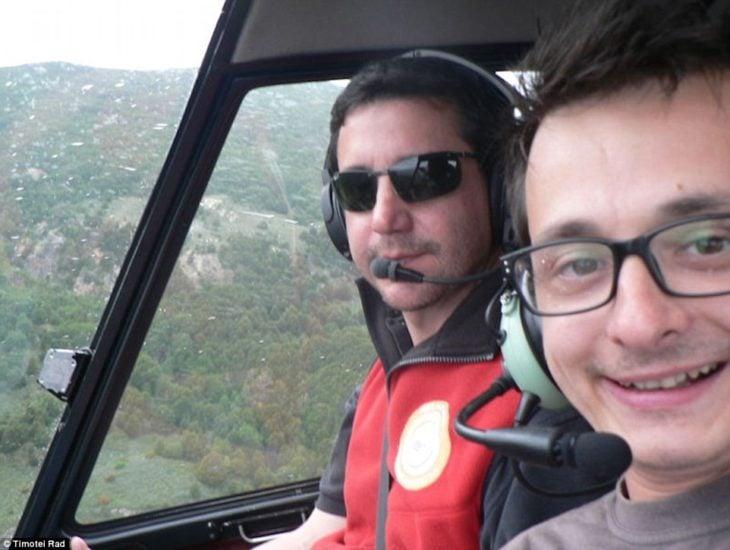 chico viajando sobre un helicóptero en Argentina