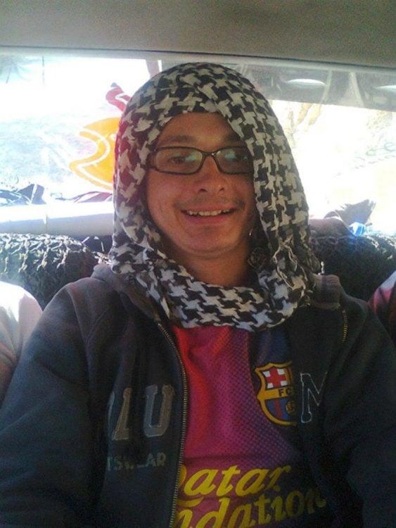 Timotei Rad el chico que salió de su casa con 80 dólares y viajó alrededor del mundo con una túnica en su cabeza