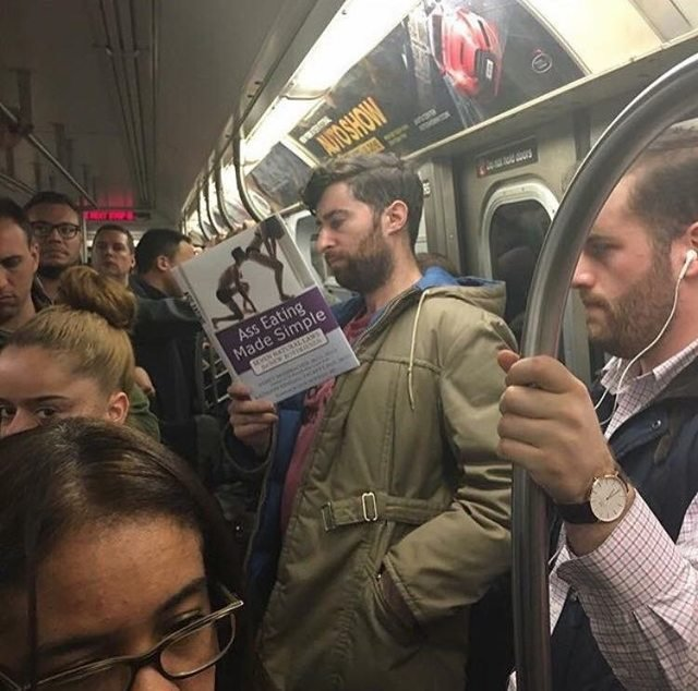 Scott Rogowsky chico que leyó libros divertidos falsos en un metro de Nueva York