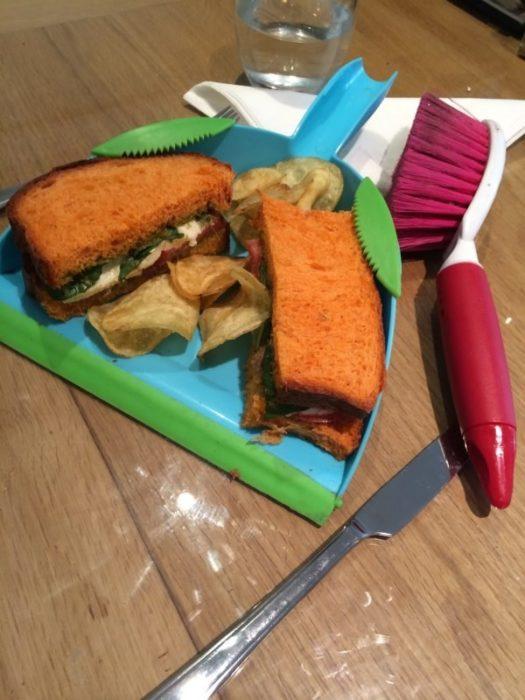 fotografía que muestra un sándwich hipster dentro de un recogedor