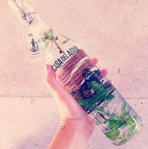 botella de agua en su botella de vidrio casa del agua
