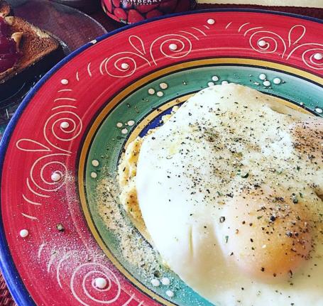 plato de huevos estrellados