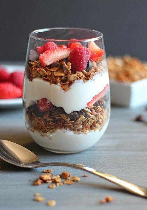vaso con yogurt granola y fruta